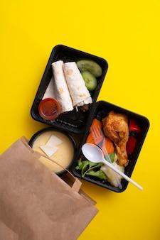 Koncepcja dostawy dania zabiera posiłek fitness