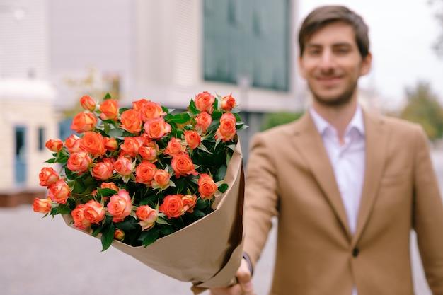 Koncepcja dostawy kwiatów. skoncentruj się na bukiecie kwiatów