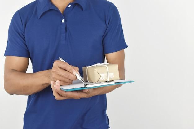 Koncepcja dostawy mężczyzna dostawy trzymający paczkę i piszący w schowku