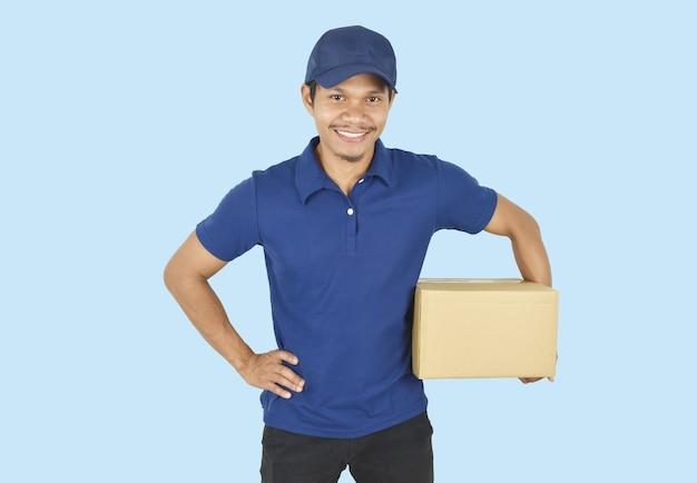 Koncepcja dostawy mężczyzna dostawy trzymający pudełko na niebiesko