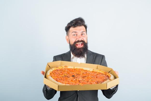 Koncepcja dostawy pizzy jedzenie biznesowy lunch biznesmen trzyma karton ze smakiem pizzy