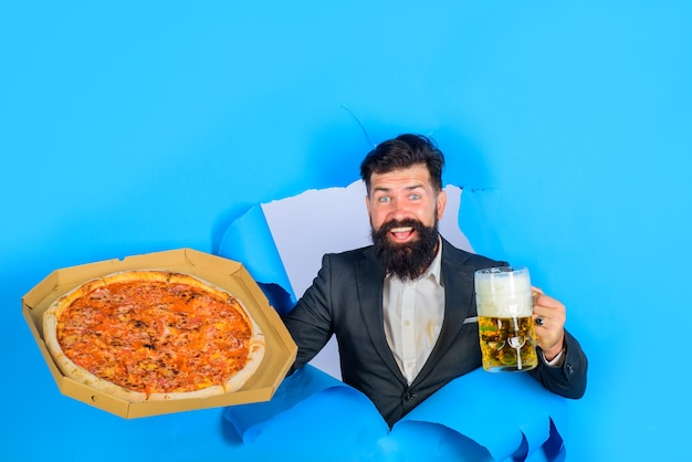 Koncepcja dostawy pizzy szczęśliwy brodaty mężczyzna z pizzą i piwem brodaty mężczyzna ze smaczną pizzą i piwem