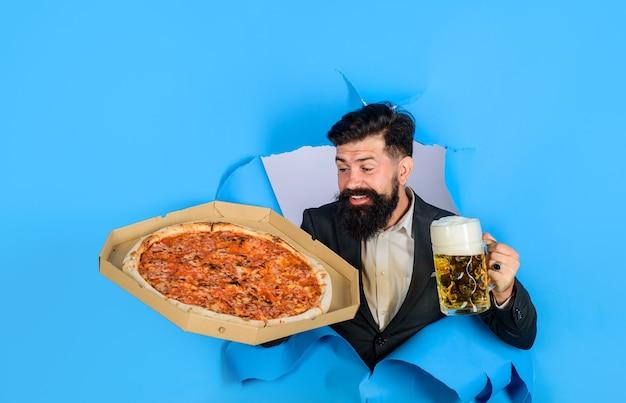 Koncepcja dostawy pizzy uśmiechnięty mężczyzna z brodą i wąsami delektuje się pyszną pizzą i zimnym piwem
