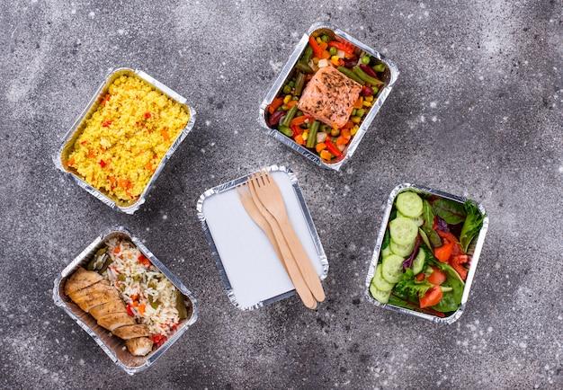 Koncepcja dostawy żywności. obiad w pojemniku