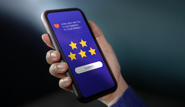 Koncepcja doświadczeń klientów. korzystanie z telefonu komórkowego w celu uzyskania pozytywnej recenzji. polecani przyjaciele. ankiety dotyczące zadowolenia klientów