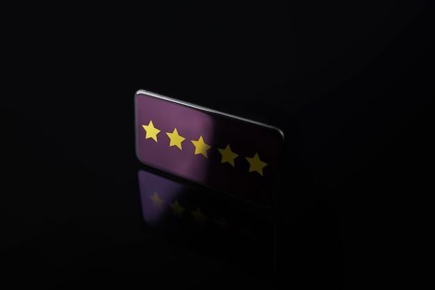 Koncepcja doświadczeń klientów. pięć gwiazdek na ekranie telefonu komórkowego. pozytywna opinia zwrotna na smartfonie. ankieta zadowolenia online