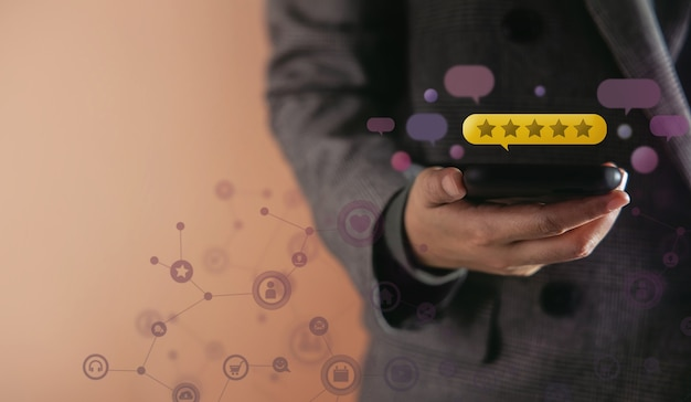 Koncepcja doświadczeń klientów zadowolony klient korzystający ze smartfona w celu uzyskania najlepszej doskonałej oceny w ankietach dotyczących satysfakcji online wiele wyskakujących informacji zwrotnych od innych osób pływających po telefonie komórkowym