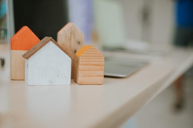 Koncepcja drewnianego modelu domu z miejscem na kopię