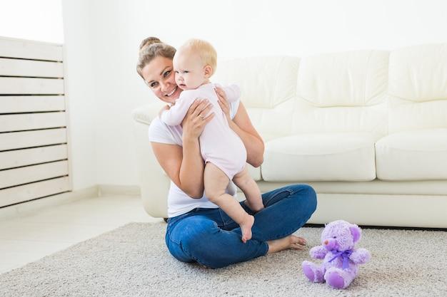 Koncepcja dzieci i rodziców - matka i jej małe dziecko w domu