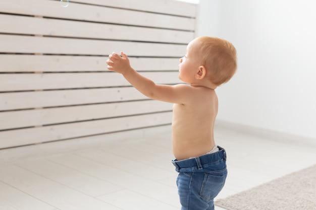 Koncepcja dzieciństwa, niemowlęctwa, emocji i ludzi - bliska szczęśliwego małego chłopca lub dziewczynki w domu
