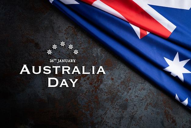 Koncepcja dzień australii. flaga australii na czarnym tle tekstury kamienia.