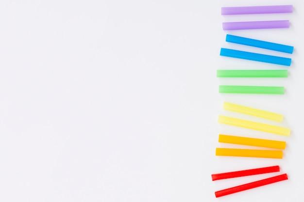 Koncepcja dzień dumy kolorowe kawałki słomek