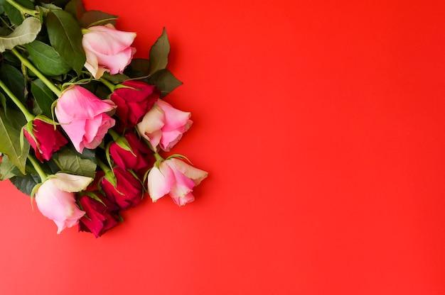 Koncepcja dzień kobiet i walentynki kartkę z życzeniami. kompozycja z prezentem, różami. miejsce na tekst.