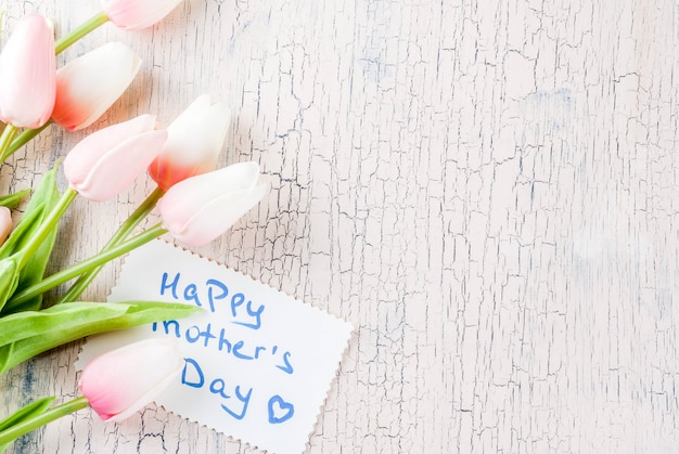 Koncepcja dzień matki, tło kartkę z życzeniami. kwiaty tulipany i kartkę z życzeniami szczęśliwego dnia matki