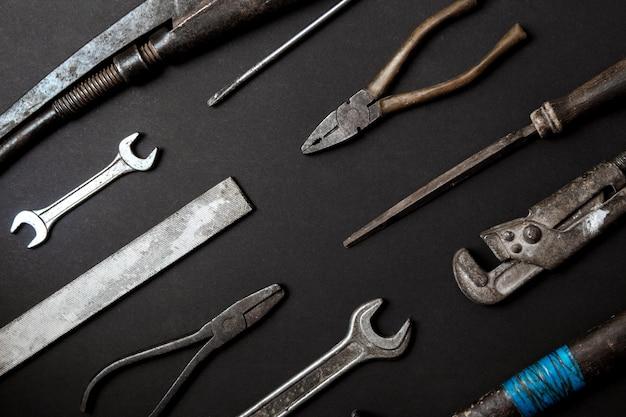 Koncepcja dzień ojca. vintage stare narzędzia na tle czarnego papieru