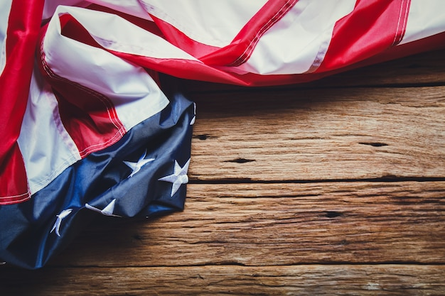 Koncepcja dzień pamięci lub dzień niepodległości wykonane z amerykańskiej flagi na stare drewniane tła.