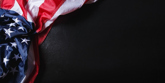 Koncepcja dzień pamięci lub dzień niepodległości wykonane z amerykańskiej flagi na tle czarnego marmuru.