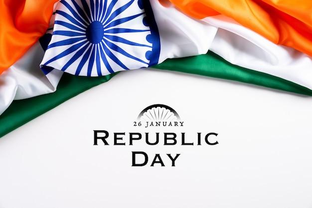 Koncepcja dzień republiki indii. indianin flaga przeciw białemu tłu. 26 stycznia.