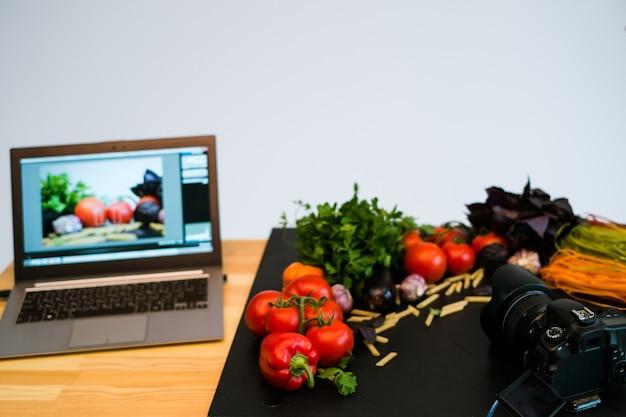 Koncepcja e-commerce z fotografią żywności, reklama na laptopie