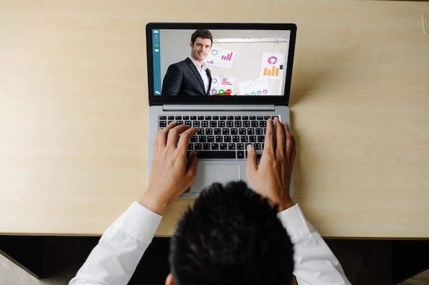 Koncepcja e-learningu i prezentacji biznesowych online.