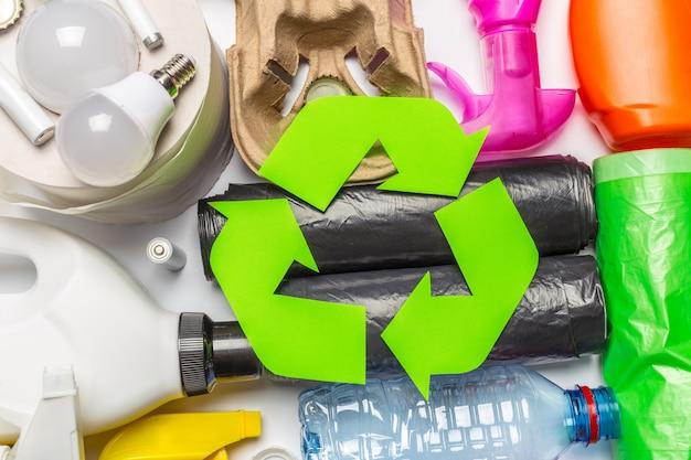 Koncepcja eco z symbolem recyklingu na stole