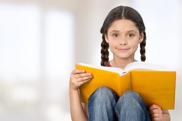 Koncepcja edukacji i szkoły - mała studentka z książką
