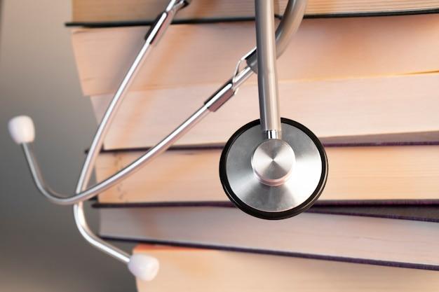 Koncepcja edukacji medycznej z książką i stetoskopem