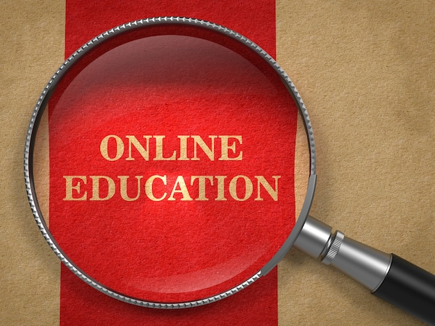 Koncepcja edukacji online. lupa na starym papierze z czerwoną linią pionową.