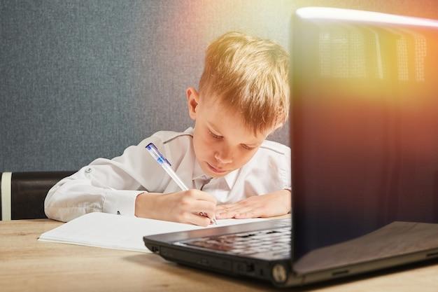 Koncepcja edukacji online na odległość społeczną dziecko korzystające z laptopa dziecko zostaje w domu podczas covid19