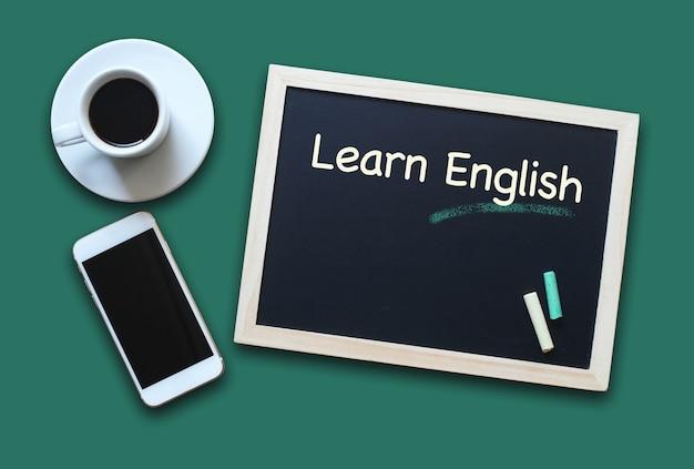 """Koncepcja edukacji tablica lub tablica z napisem """"ucz się angielskiego z kawą i telefonem komórkowym"""