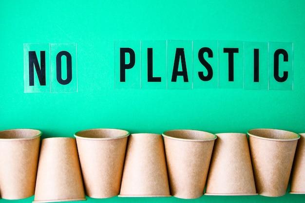 Koncepcja eko fast food z izolowanymi kartonowymi kubkami z ekologicznego materiału