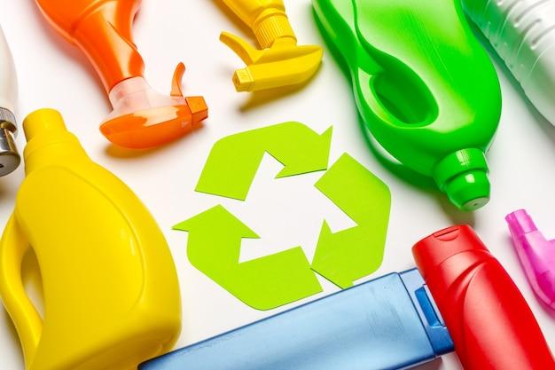 Koncepcja ekologiczna z symbolem recyklingu na tle stołu widok z góry
