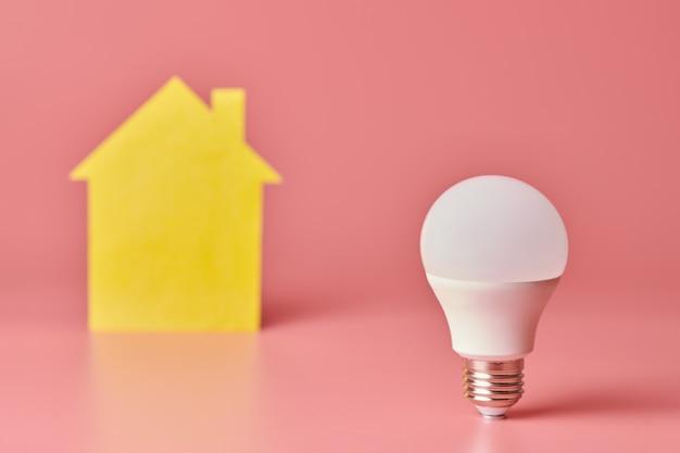 Koncepcja elektryfikacji domu. energooszczędna żarówka. nowy pomysł na remont, naprawę i odnowienie domu.