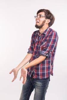 Koncepcja emocji i ludzi - brodaty mężczyzna zdezorientowany i przestraszony, wygląda na winnego