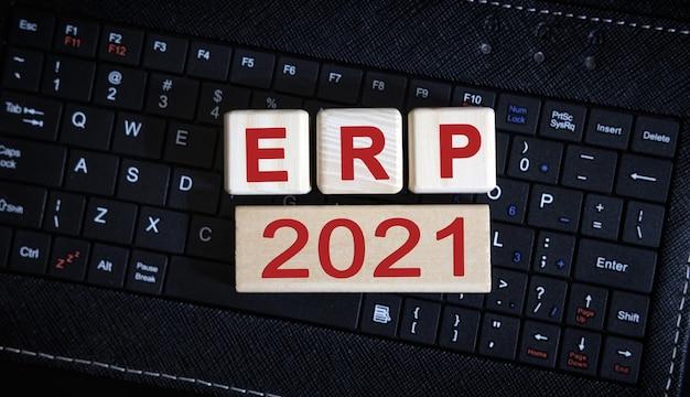 Koncepcja erp 2021. drewniane kostki na czarnej klawiaturze.