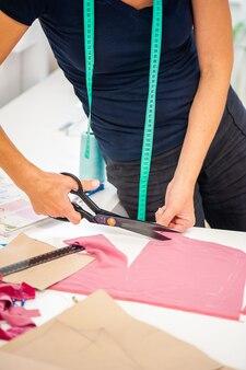 Koncepcja fabryki szwalni szpule nici i podstawowe narzędzia do szycia, w tym igły do szpilek
