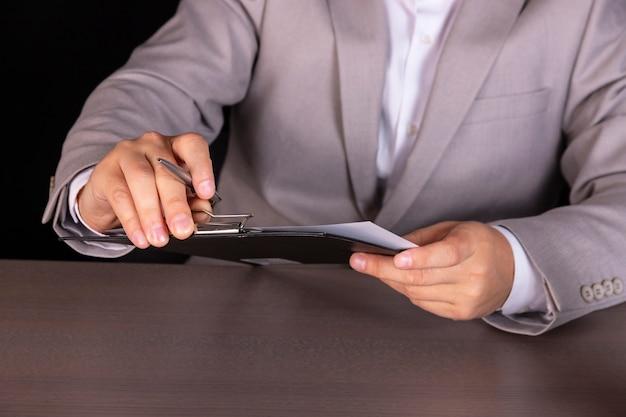 Koncepcja, facet studiuje umowę pożyczki