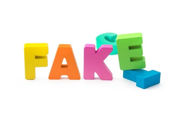 Koncepcja fakt lub fałszywe, 3d litery na na białym tle. fałszywy substytut faktu