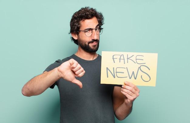 Koncepcja fałszywe wiadomości młody brodaty mężczyzna