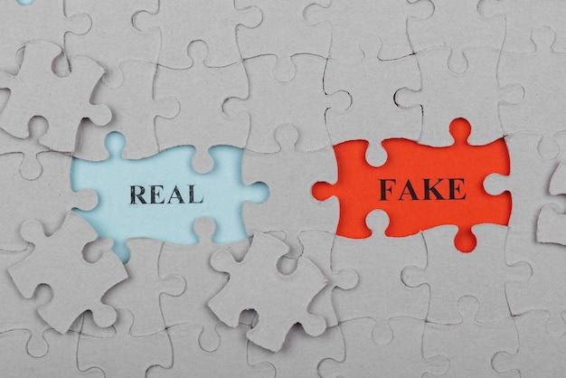 Koncepcja fałszywych wiadomości z widokiem z góry układanki