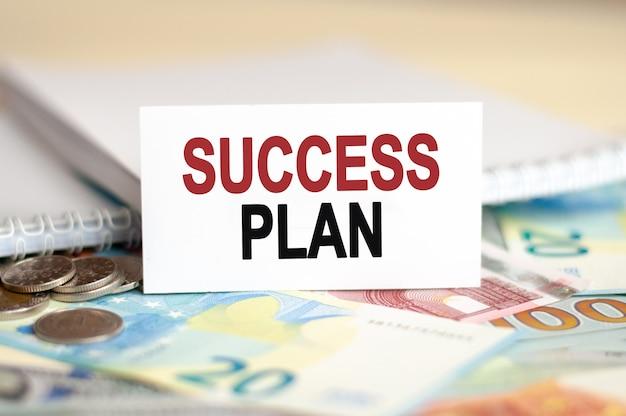 Koncepcja finansów i ekonomii. na stole rachunki, paczka dolarów i napis - plan sukcesu