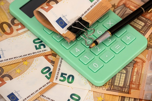 Koncepcja finansów i liczenia lub wymiany. pieniądze euro w biurze