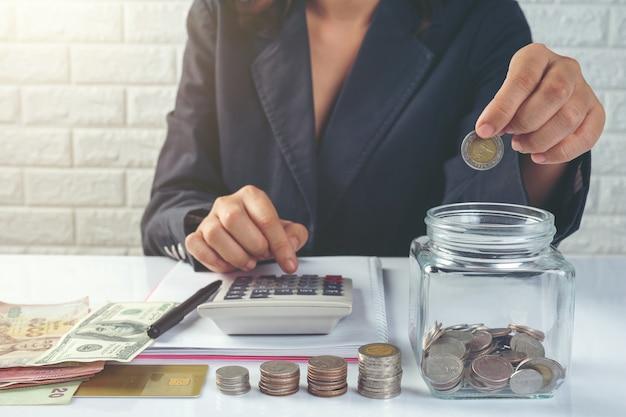 Koncepcja finansów i rachunkowości. biznes kobieta pracuje na biurku