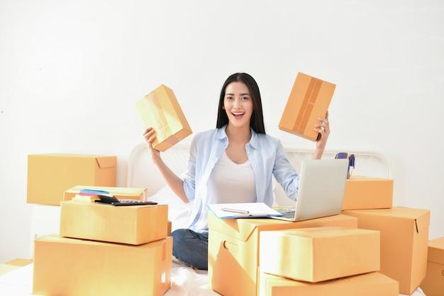 Koncepcja firmy sme. młodzi ludzie pakują swoje paczki.