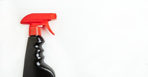 Koncepcja firmy sprzątającej lub sprzątającej w gospodarstwie domowym. czarna butelka sprayu do użytku domowego