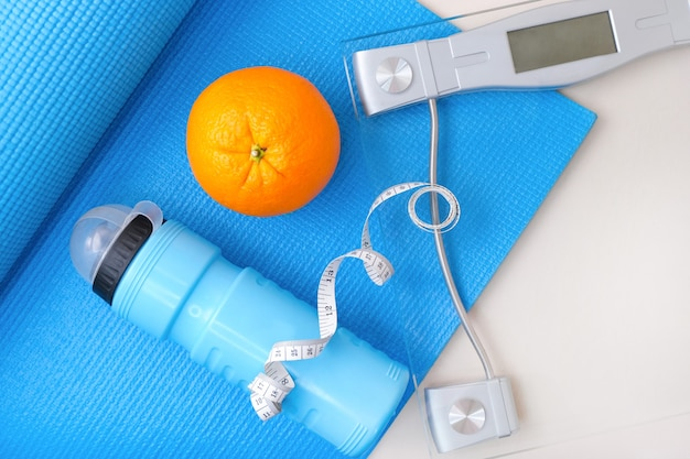Koncepcja fitness i sportu. mata do jogi, wagi