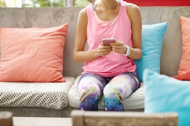 Koncepcja fitness i technologii.