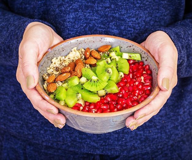 Koncepcja fitness i zdrowego stylu życia. kobieta jedzenie zdrowego płatka owsianego po treningu.