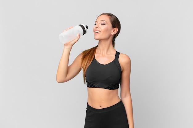 Koncepcja fitness młoda ładna kobieta i woda pitna