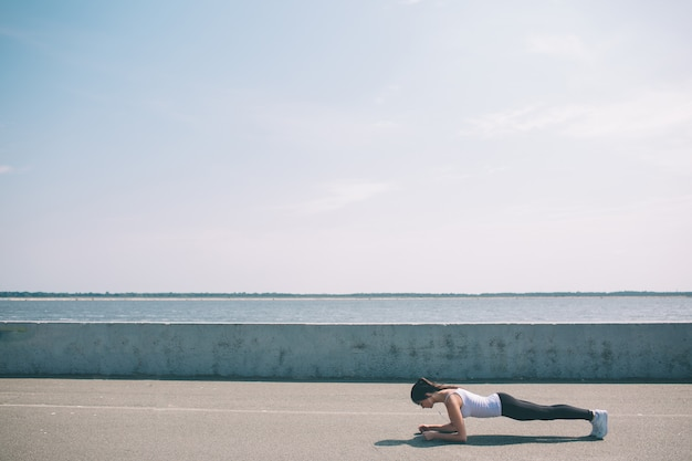 Koncepcja fitness, sport, ćwiczenia i zdrowy styl życia - woma.